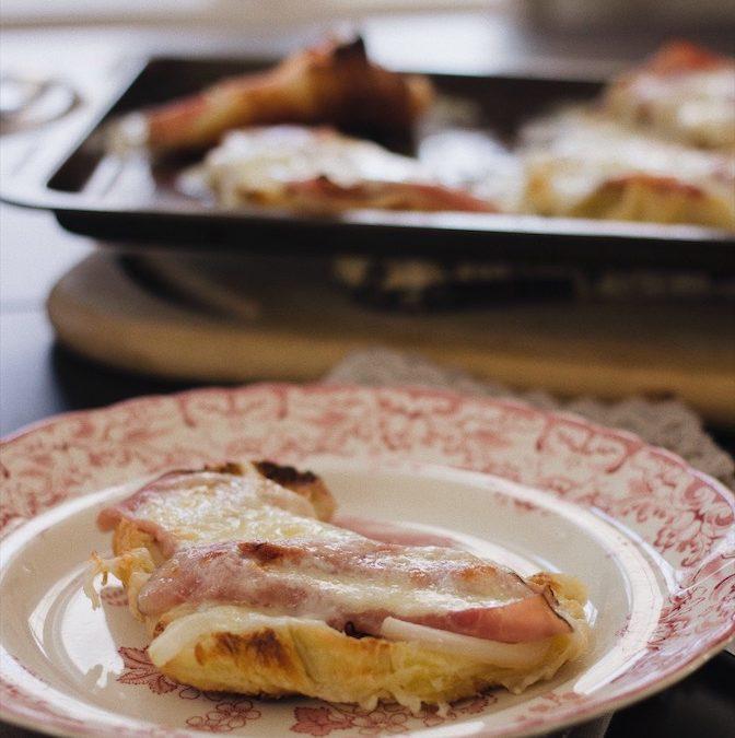 Croque-croissant au jambon, aux oignons et fromage de chèvre