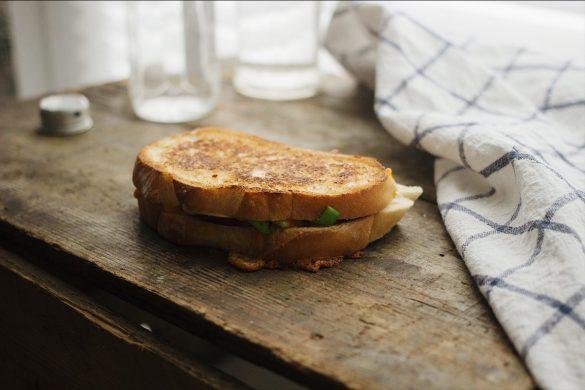 Grilled cheese aux pommes, aux poireaux et au cheddar fort