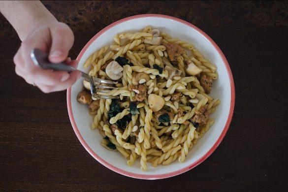 Pâtes à la chair de saucisses et aux champignons