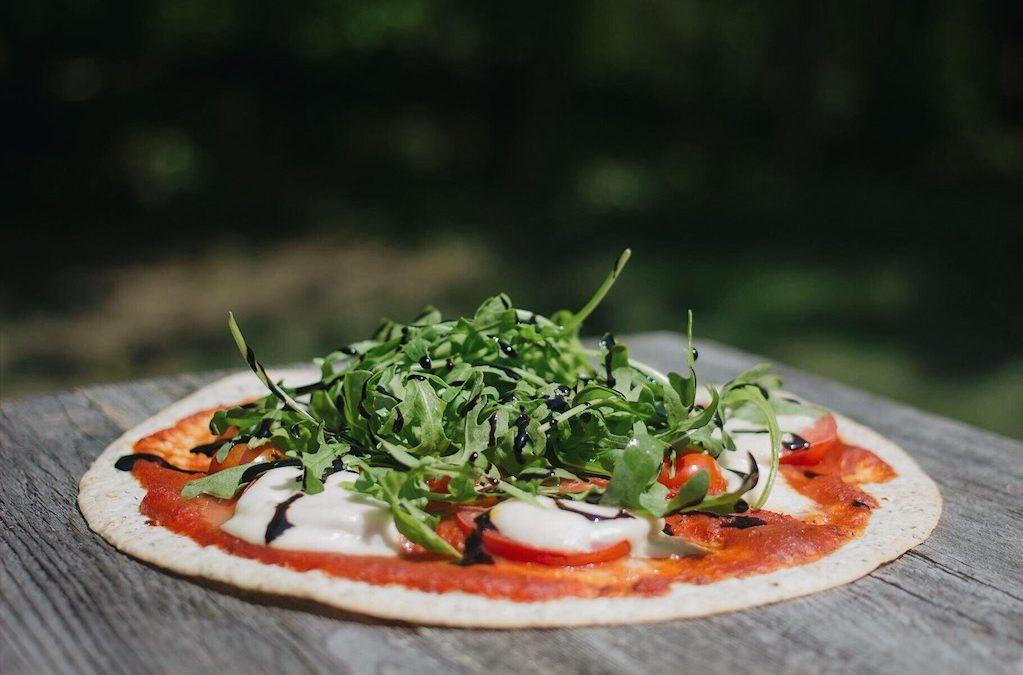 Pizza aux tomates, bocconcinis et prosciutto