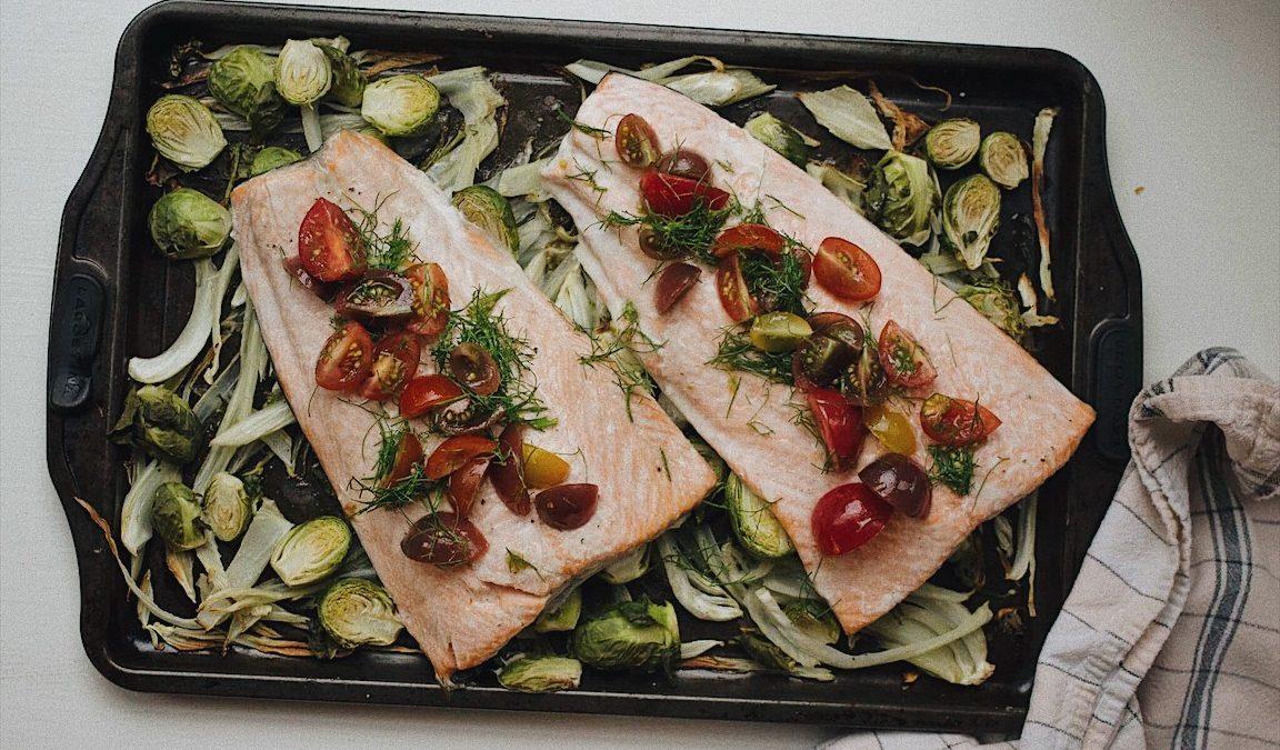 Saumon et fenouil sur une plaque et salade de tomates