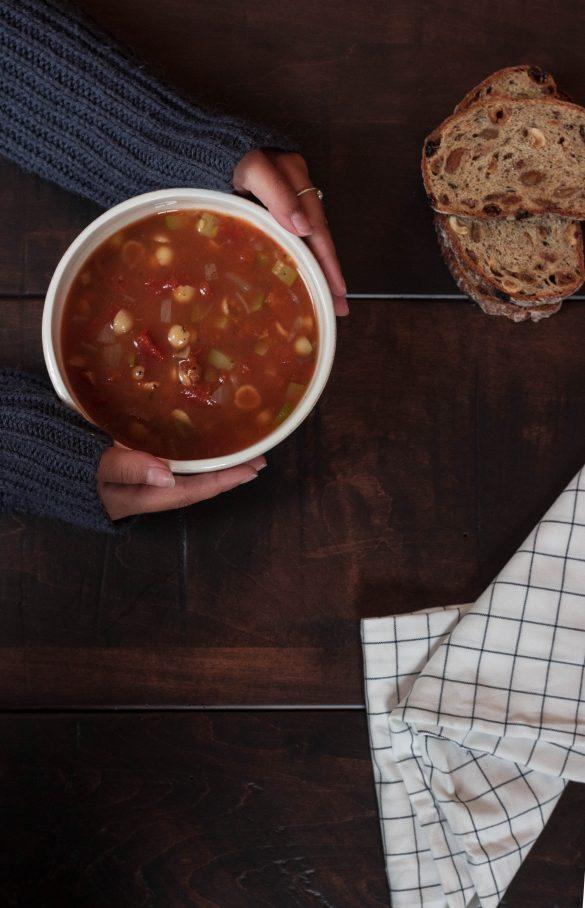 Soupe aux tomates, aux pâtes coquilles et aux lentilles